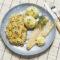 Filet z pstrąga z masłem czosnkowym, ziemniaki puree, surówka z kiszonej kapusty
