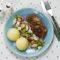 Karkówka pieczona w miodzie z grzybami, ziemniaki puree, sałata lodowa z rzodkiewką, ogórkiem i serem greckim