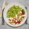 Gnocchi z pesto bazyliowym, surówka z pomidorków i ogórka z kulkami mozzarelli