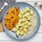 Kopytka z sosem pieczarkowym, surówka z marchewki, selera i rodzynki