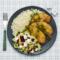 Polędwiczki z kurczaka panierowane w sezamie z dipem bayliowym, ryż, sałata lodowa z serem feta, płatkami migdałowymi i żurawiną