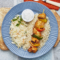 Szaszłyk drobiowy z warzywami i dipem jogurtowym, ryż, surówka colesław
